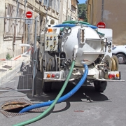 Camion de vidange pour l'épuration